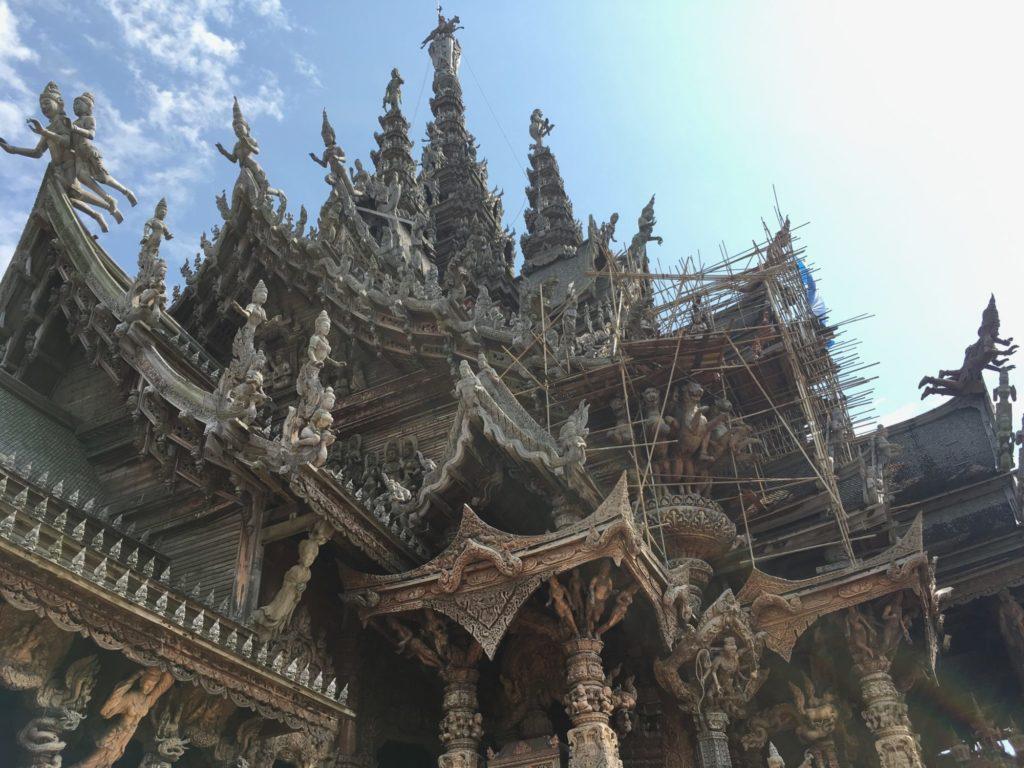 パタヤ寺院の外-2