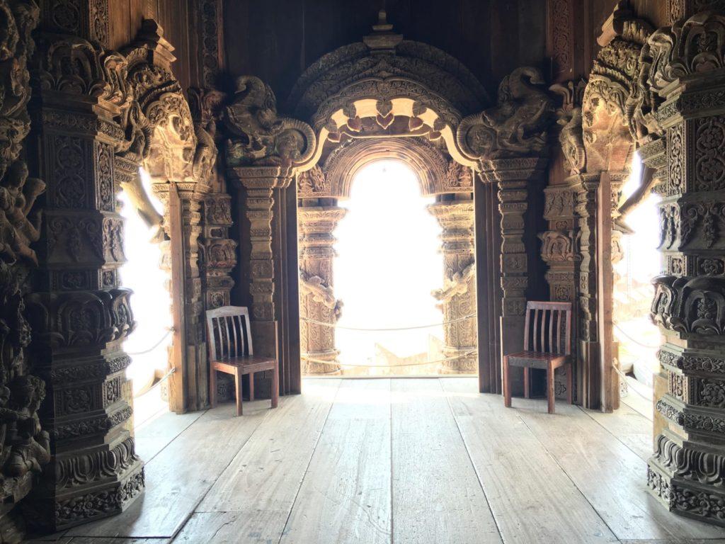 パタヤ寺院の中-1