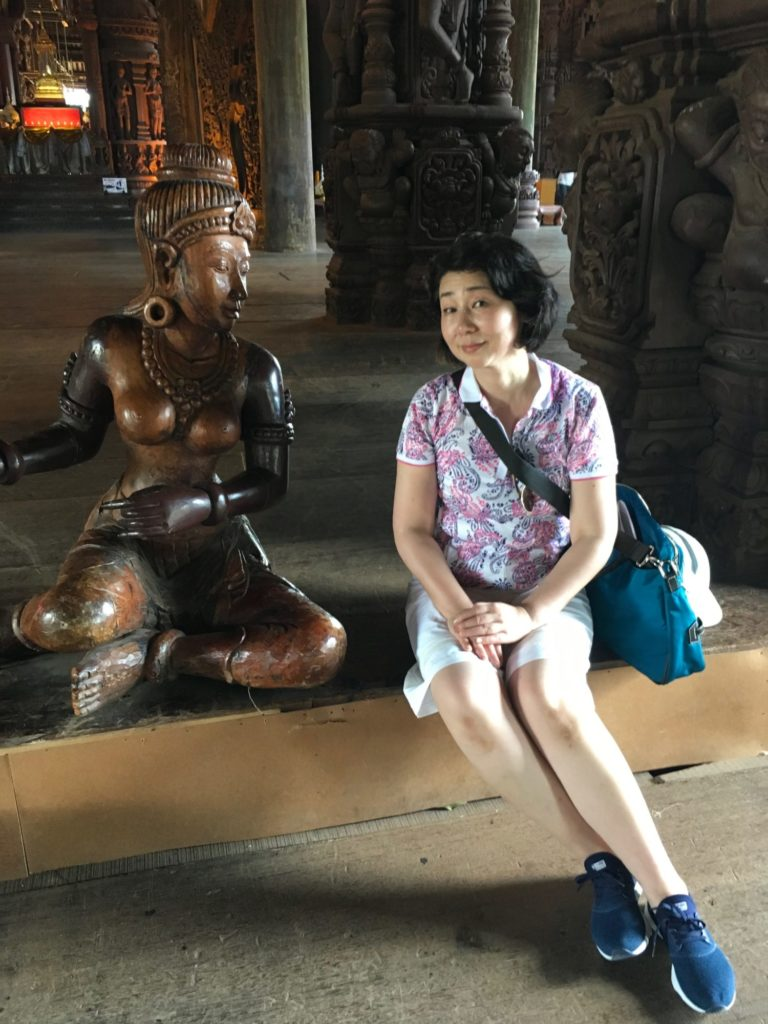 パタヤ寺院の中-2