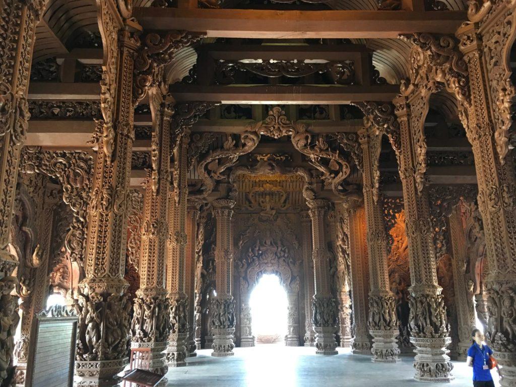 パタヤ寺院の中-3