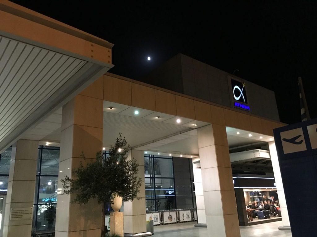 ギリシャ空港外のカフェ