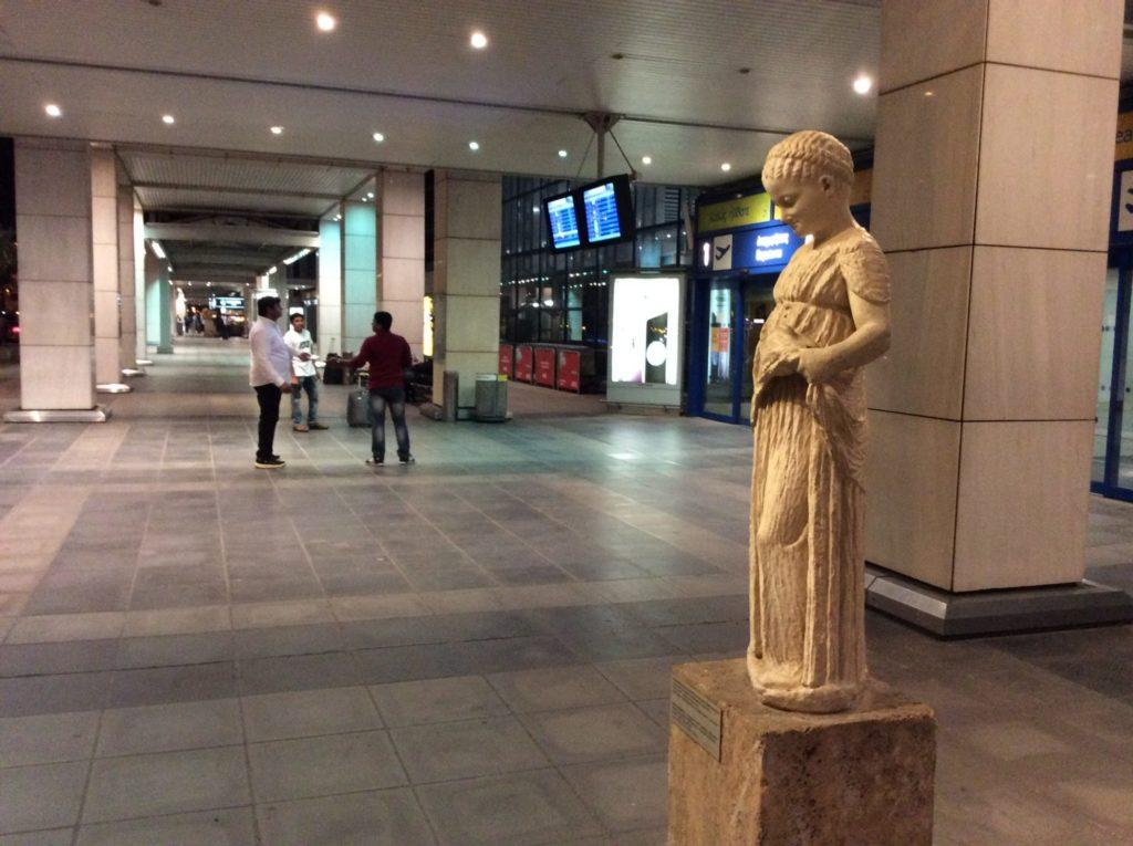 ギリシャ空港外のオブジェ
