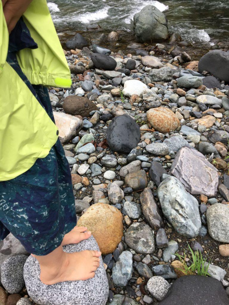 石の上に立つ、川
